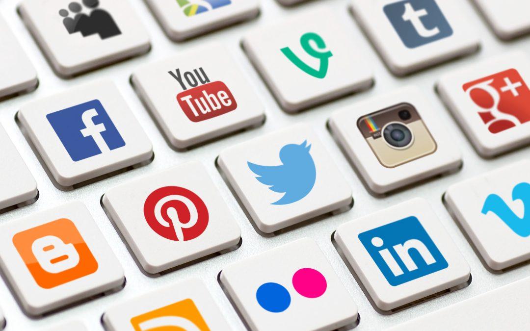 Clavier avec logo des réseaux sociaux